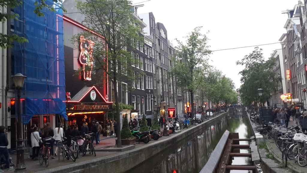 yesempatik-amsterdam-gezi-rehberi-seyahat-gezgin-kanal-bisiklet-gezgin-redlightdistrict