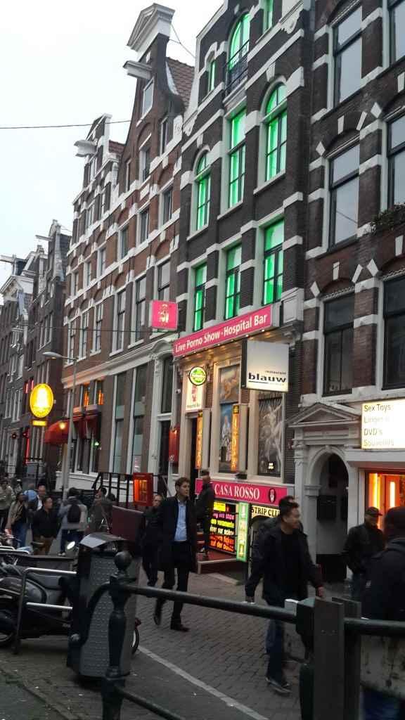 yesempatik-amsterdam-gezi-rehberi-seyahat-gezgin-kanal-bisiklet-red-light-district