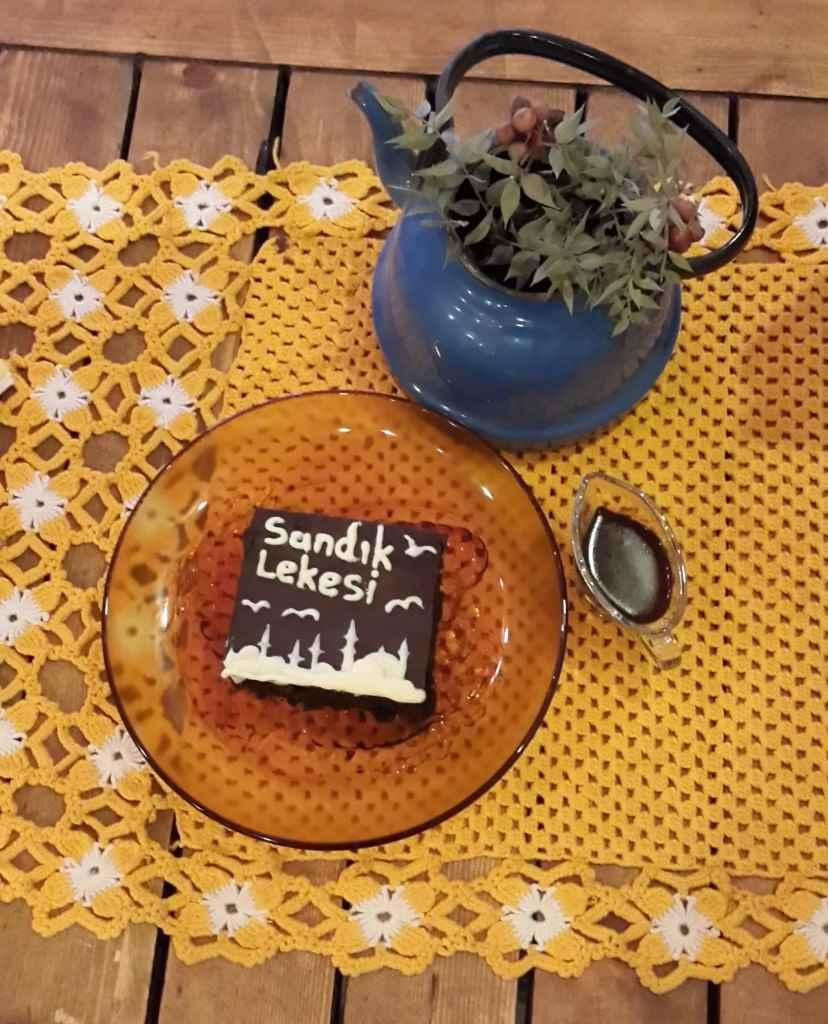 yesempatik-cafe-naftalin-fener-balat-mekan-kahve-vintage-kek-kitap