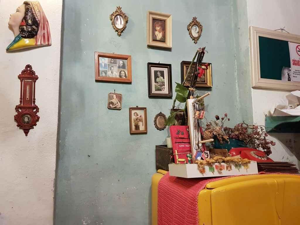 yesempatik-cafe-naftalin-fener-balat-mekan-kahve-vintage-sari-buzdolabi