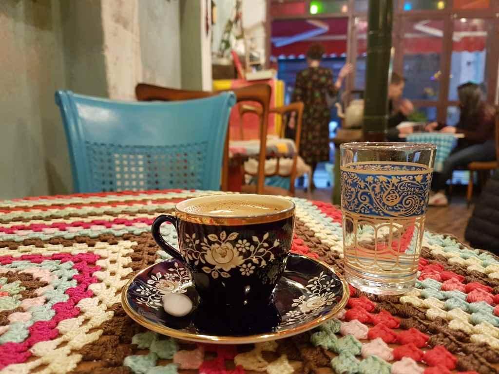 yesempatik-cafe-naftalin-fener-balat-mekan-kahve-vintage-fincan