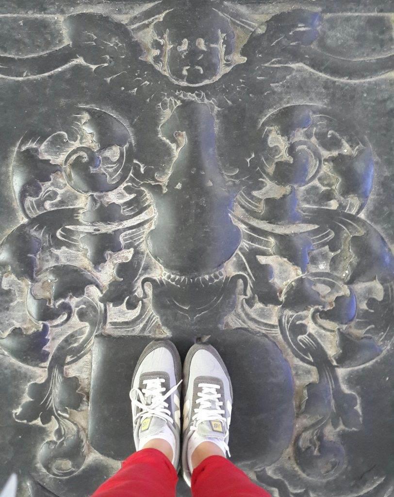 yesempatik-hollanda-haarlem-gezi-rehberi-heykel-grote-bavokerk-floor