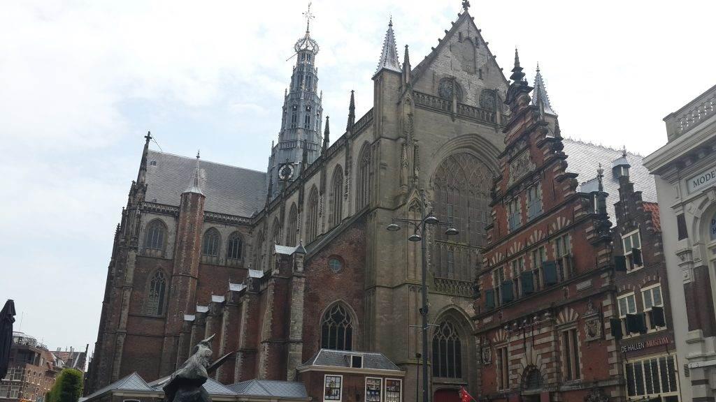 yesempatik-hollanda-haarlem-gezi-rehberi-heykel-grote-bavokerk-katedral
