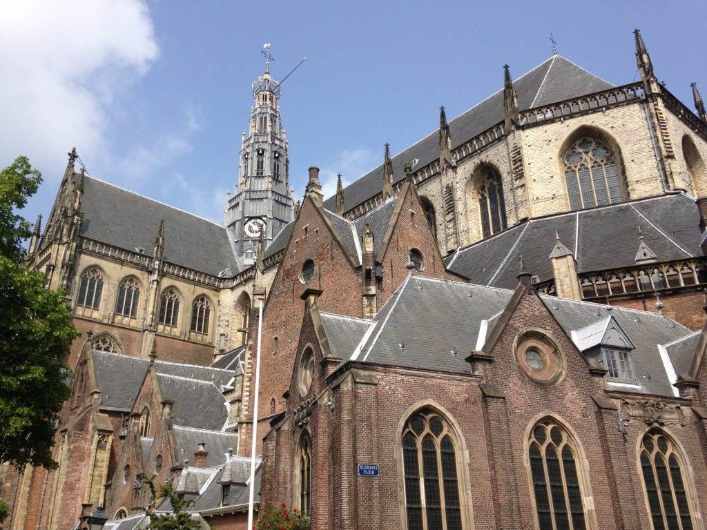yesempatik-hollanda-haarlem-gezi-rehberi-heykel-grote-bavokerk