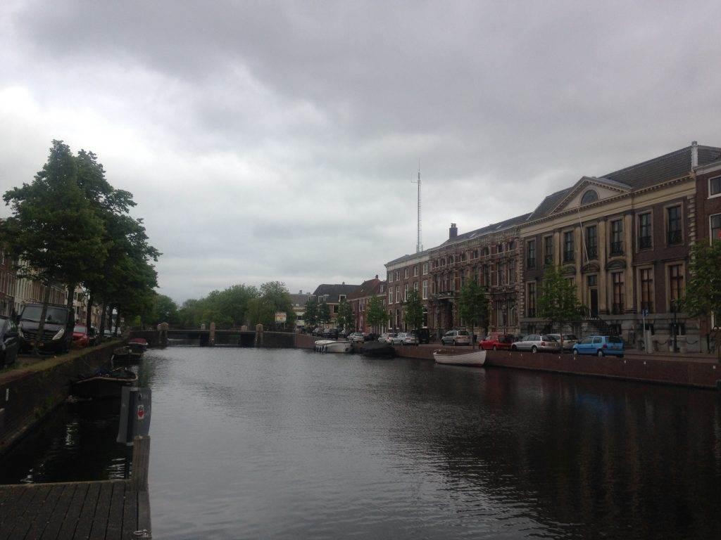 yesempatik-hollanda-haarlem-gezi-rehberi-heykel-grote-bavokerk-kanal