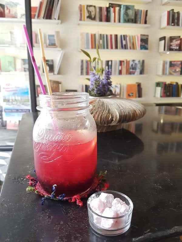 yesempatik-alexandroupoli-mekan-rehberi-yeme-icme-kafka-bookstore-limonata
